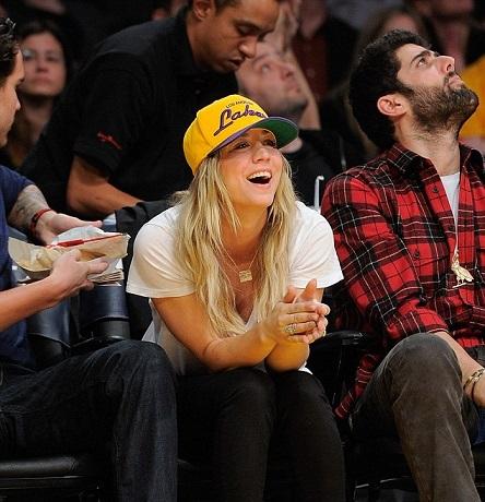 Kaley-Cuoco-LA-Lakers